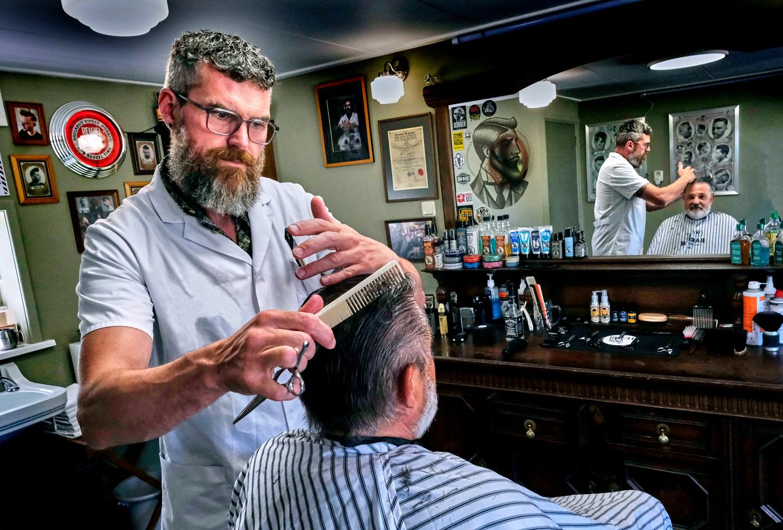 Renaldo de Romph draait op volle toeren in Barbershop Hoeksche Waard