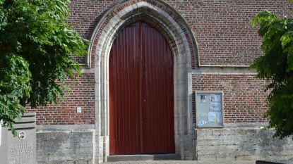 Toegangspoort kerk Zuurbemde gerenoveerd