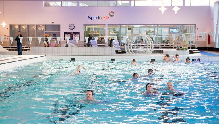 """De schooldirecties vinden de hoge wanden onveilig. """"Kinderen die niet goed kunnen zwemmen, geraken moeilijk uit het water"""", luidt het."""
