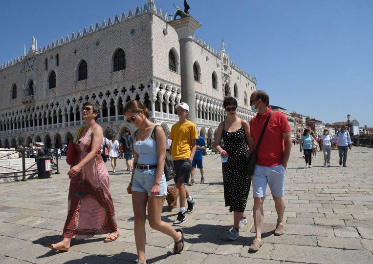 Er lopen weer toeristen in Venetië.  Beeld AFP