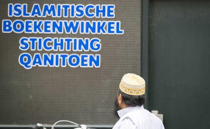 Een man loopt langs een vestiging van de Islamitische Stichting Qanitoen.