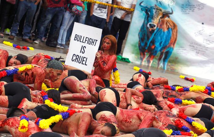 Colombiaanse dierenactivisten bezetten een plein in Medellin om hun afschuw te tonen van stierengevechten. Foto Fredy Builes