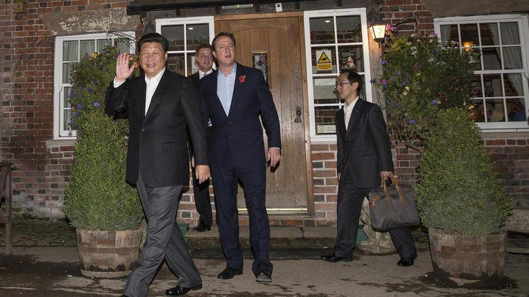 Voormalig Brits premier Cameron and Chinees Xi Jinping verlaten samen The Plough At Cadsden pub in Cadsden, Groot-Brittannië.  Beeld Reuters