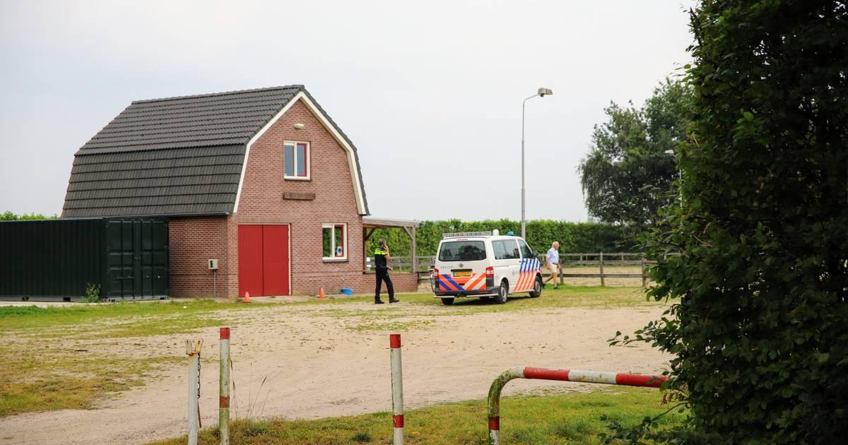 Zwaargewonde bij ongeluk met paard in Ommeren, slachtoffer onder politiebegeleiding naar het ziekenhuis gebracht.