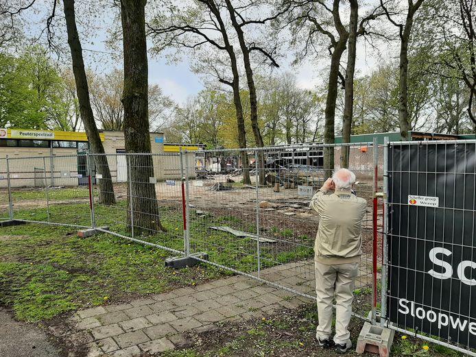 Een van de mensen die een kijkje nemen bij het voormalige schoolgebouw van De Marke in Apeldoorn maakt een kiekje.