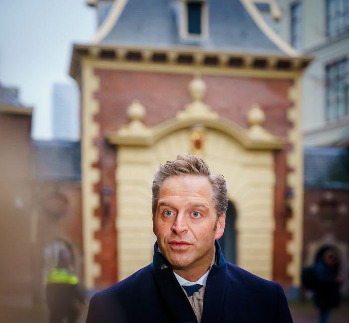 Hugo de Jonge staat voorafgaand aan de ministerraad de media te woord op het Binnenhof.