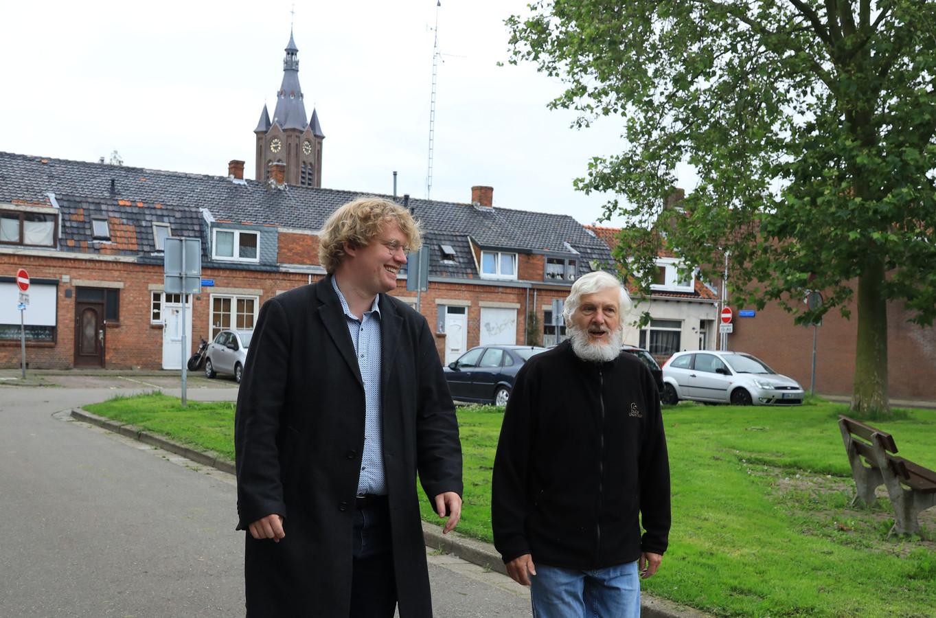 Jos van Ginneken (links) maakt een ommetje met Geert, die van alles te vertellen heeft - vooral over de binnenstad van Terneuzen.