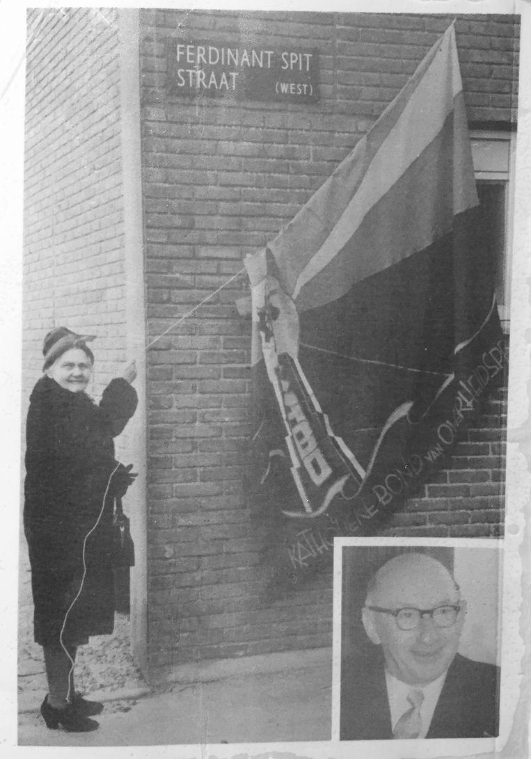 Weduwe Greta onthult op 24 februari 1962 het straatnaambordje van haar man, vakbondsbestuurder en politicus Ferdinand Spit, met de verkeerd gespelde voornaam. De acht borden worden nu eindelijk vervangen. Beeld Uit boek Spitten in het verleden, van Piet Spit