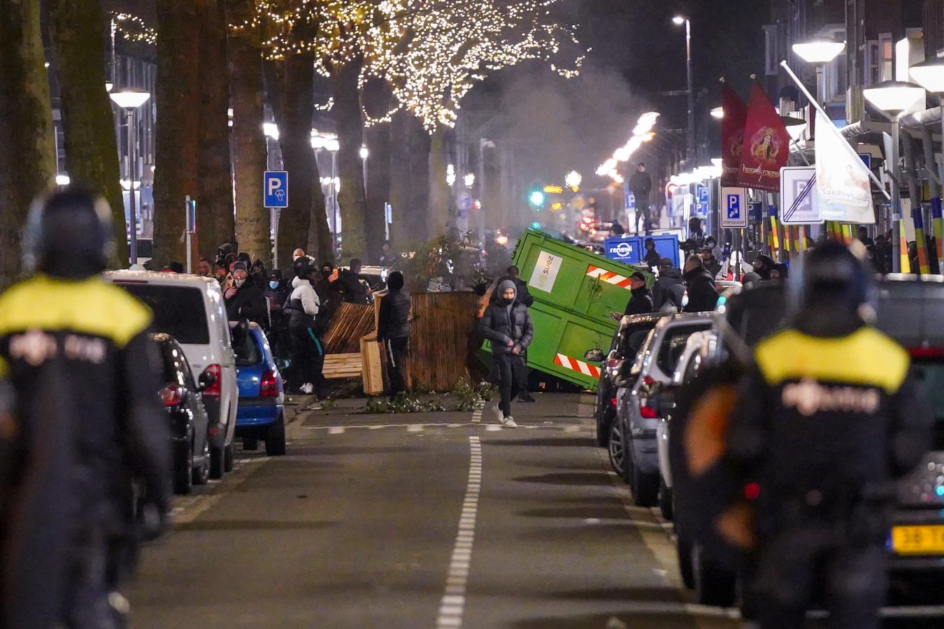 Jongeren op de Beijerlandselaan tijdens de avondklokrellen in Rotterdam.