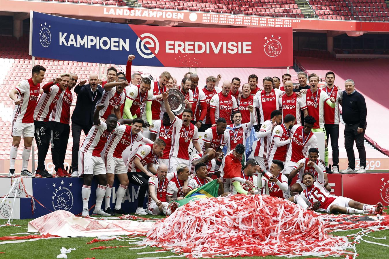 Erik ten Hag (vierde van links) viert samen met zijn selectie de titel van Ajax.