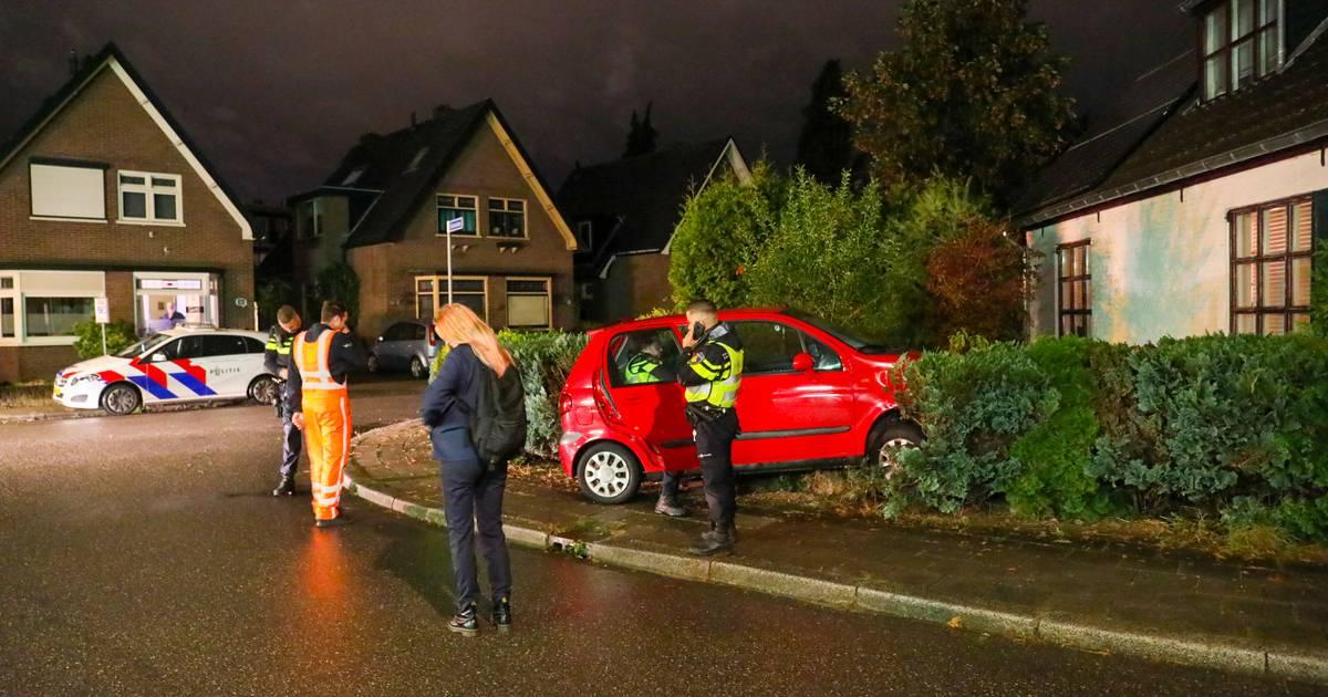 Bewoners schrikken zich ongeluk in Apeldoorn, automobilist rijdt tuin in en gaat ervandoor.