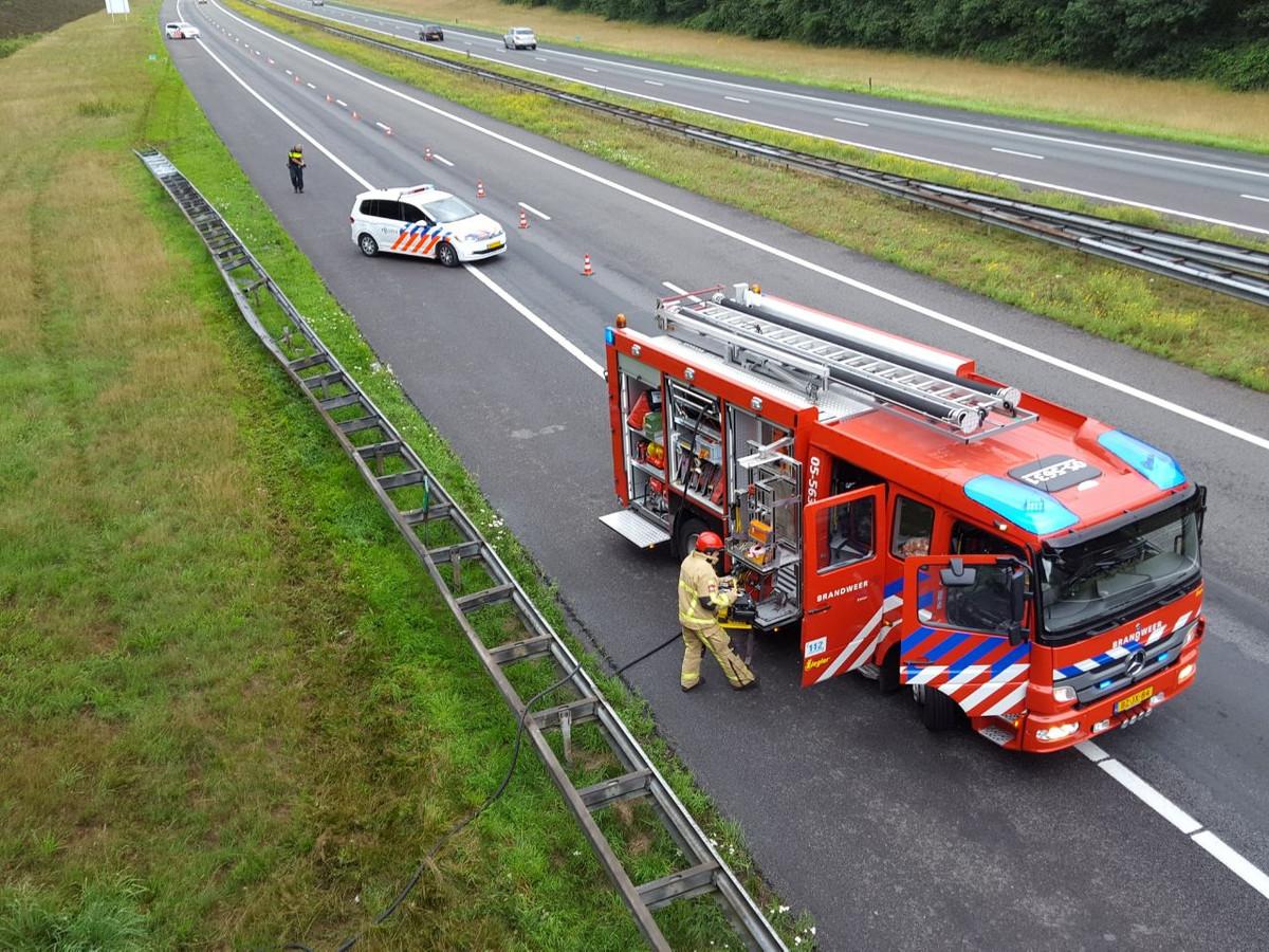 Bij een ongeluk op de A1 ter hoogte van Holten is zondagochtend vroeg een persoon om het leven gekomen.