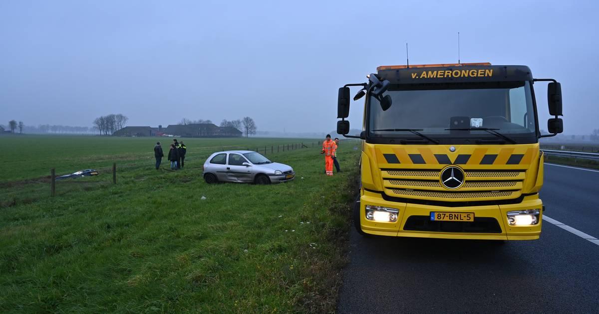 Forse file op A50 na ongeval waarbij auto in sloot belandt.