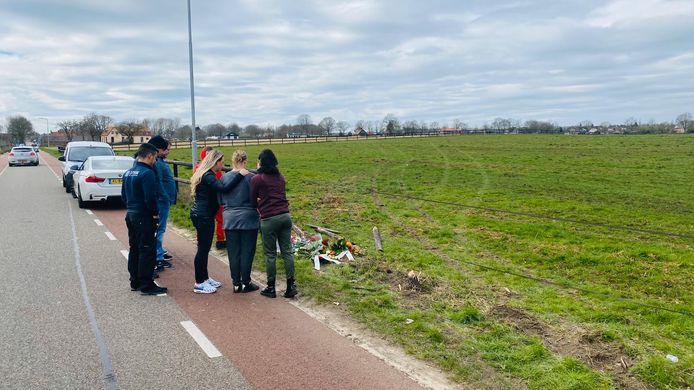 Vrienden staan op de plek van het ongeval stil bij het overlijden van een 23-jarige man uit Groesbeek.
