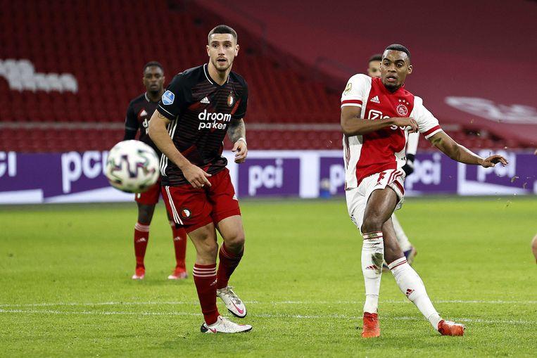 Ryan Gravenberch (r) van Ajax scoort, Marcos Senesi van Feyenoord kijkt toe.  Beeld ANP