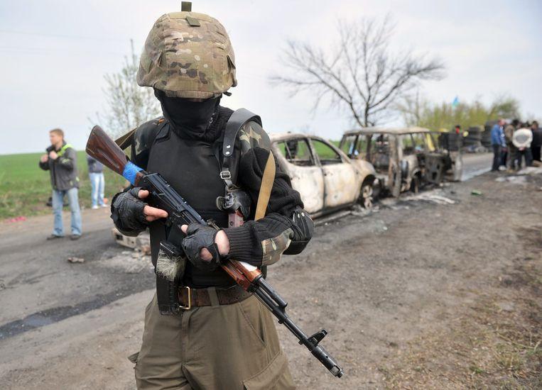 Pro-Russische rebellen houden de wacht aan een check-point vlak buiten de Oekraïnse stad Slavyansk. Beeld AFP