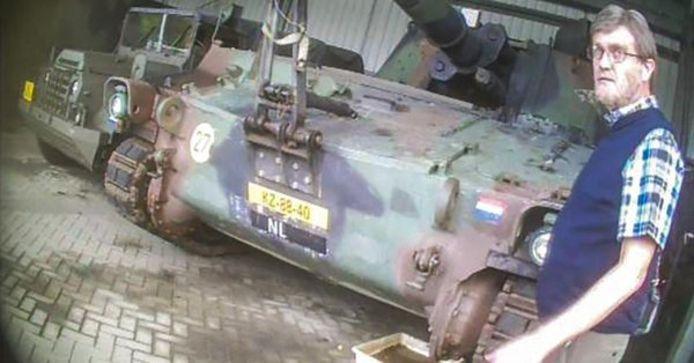 Stegeman in vermomming op de legerbasis in Oldebroek.