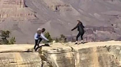 Meisje (20) struikelt en valt bijna van klif in Grand Canyon