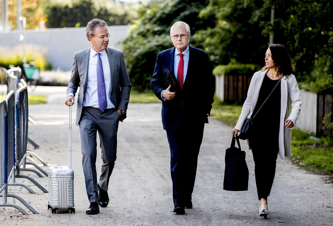 Robin Linschoten (rechts) op weg naar de rechtbank.