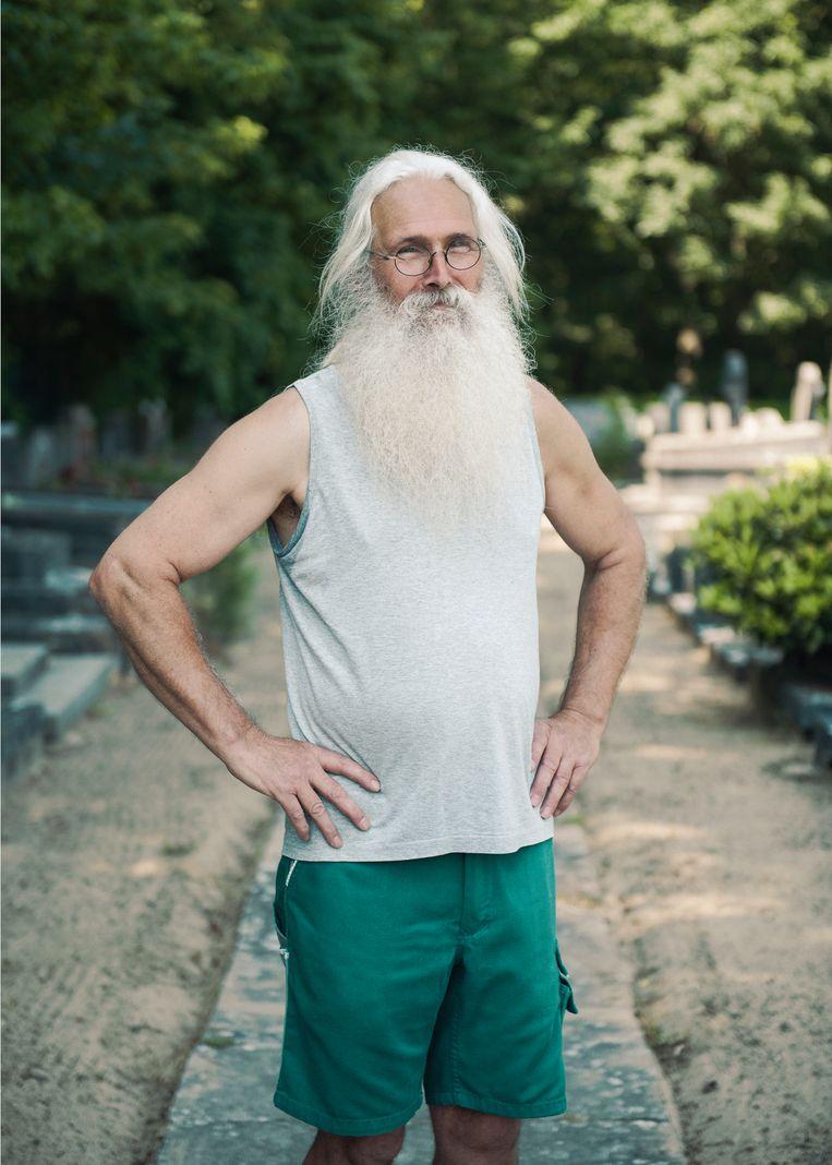 Peter is puttengraver bij de gemeente. Zijn baard is 'niet gespaard, gewoon nooit geknipt'.  Beeld Tim Coppens