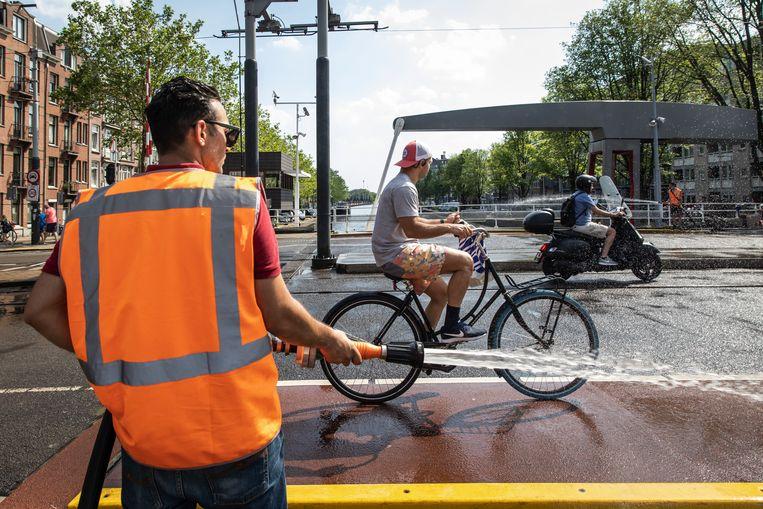Amsterdamse bruggen worden gekoeld met water. Als een brug te warm wordt, zet deze uit en kan er schade ontstaan. Beeld Dingena Mol