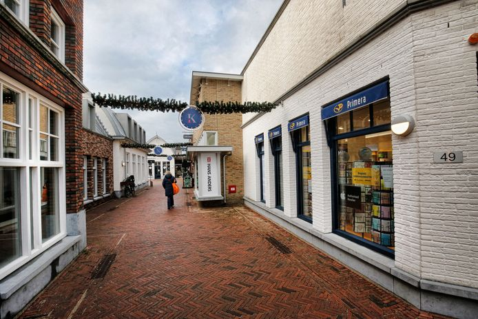 Een eenzame bezoekster in winkelcentrum De Kwinkelier in Bilthoven.