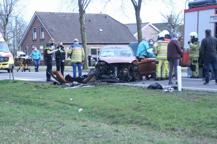 Een personenauto is na de botsing midden op de weg beland.
