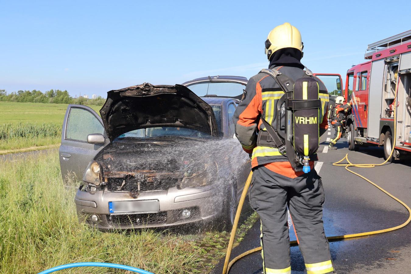Op de Burgemeester van Zwietenweg tussen Woerden en Nieuwerbrug is deze week een auto tijdens het rijden in brand gevlogen.