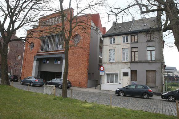 Het witte huis komt alleen te staan tussen appartementsblokken en sociale woningen in de Sassevaartstraat.