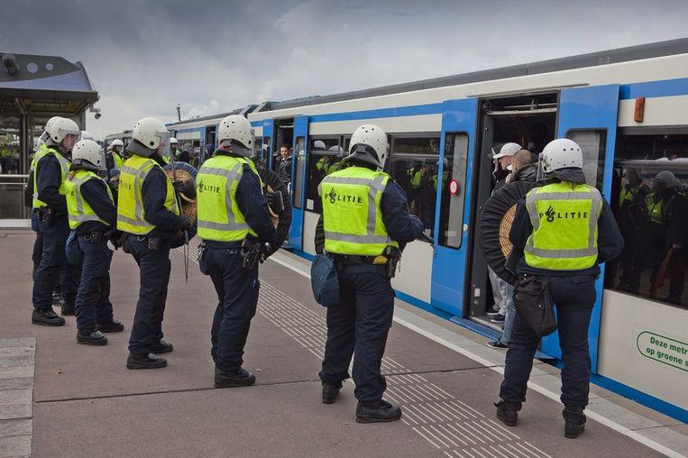 De politie heeft het metrostation Isolatorweg afgesloten om betogers, onder wie veel Ajax-supporters tegen te houden om zo een confrontatie met de pro-Wilders demonstranten te voorkomen. Foto © Amaury Miller<br /> Beeld