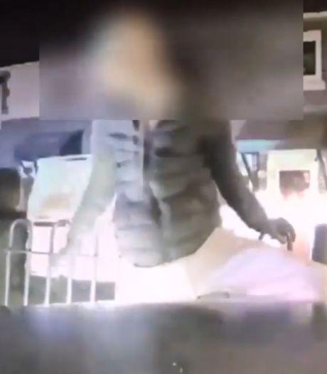 Un policier arrête un voleur de scooter à l'aide de sa voiture