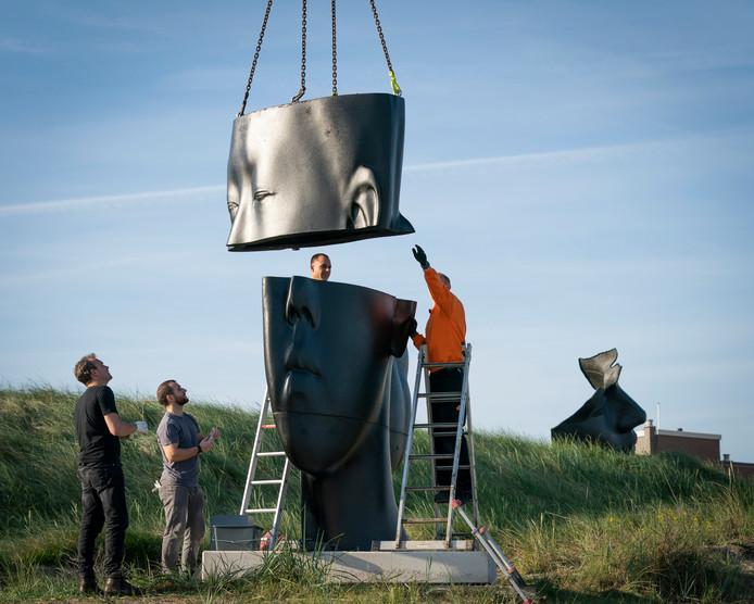 Op de boulevard van Scheveningen is deze in alle vroegte de laatste hand gelegd aan de reusachtige beeldhouwwerken Carlota (2018) en Mar (op deze foto,2016) van de Spaanse kunstenaar Jaume Plensa.
