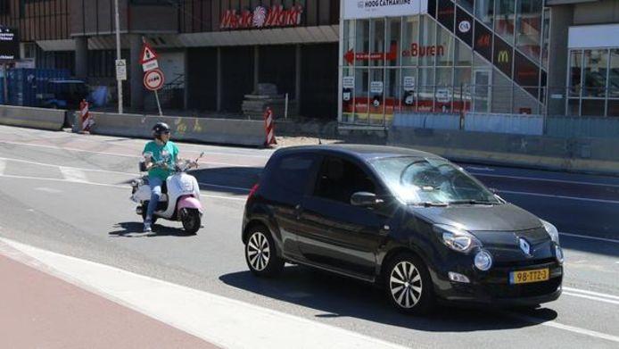 Het verkeersbesluit dat snorfietsers verplicht tussen het autoverkeer te rijden, laat op zich wachten in Utrecht.