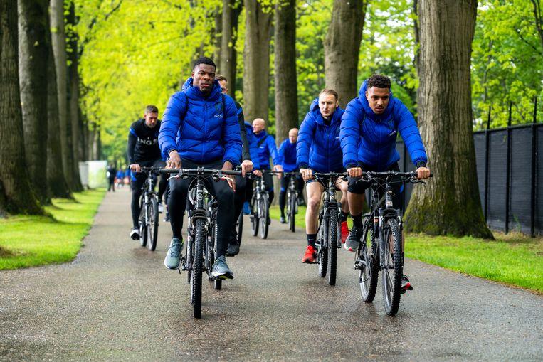 De PSV'ers Denzel Dumfries en Donyell Malen (rechts) leiden het peloton van Oranje-internationals, tussen het hotel en het trainingsveld in Zeist, eerder deze week.  Beeld Pro Shots / Marcel van Dorst