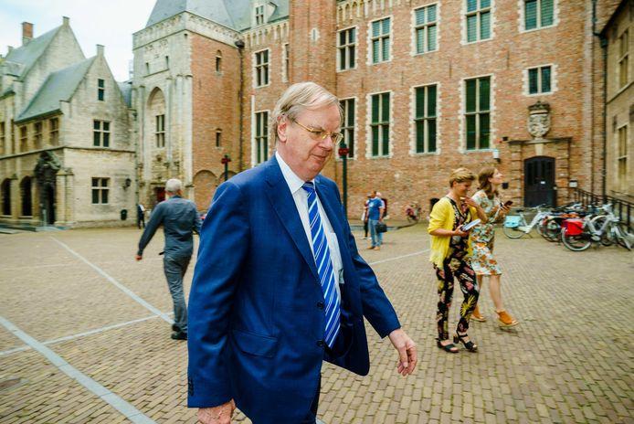 Speciaal gezant Bernard Wientjes komt aan bij het provinciehuis.