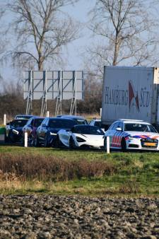 Politie twee uur lang bezig met controle 'asociale' trouwstoet in Tholen