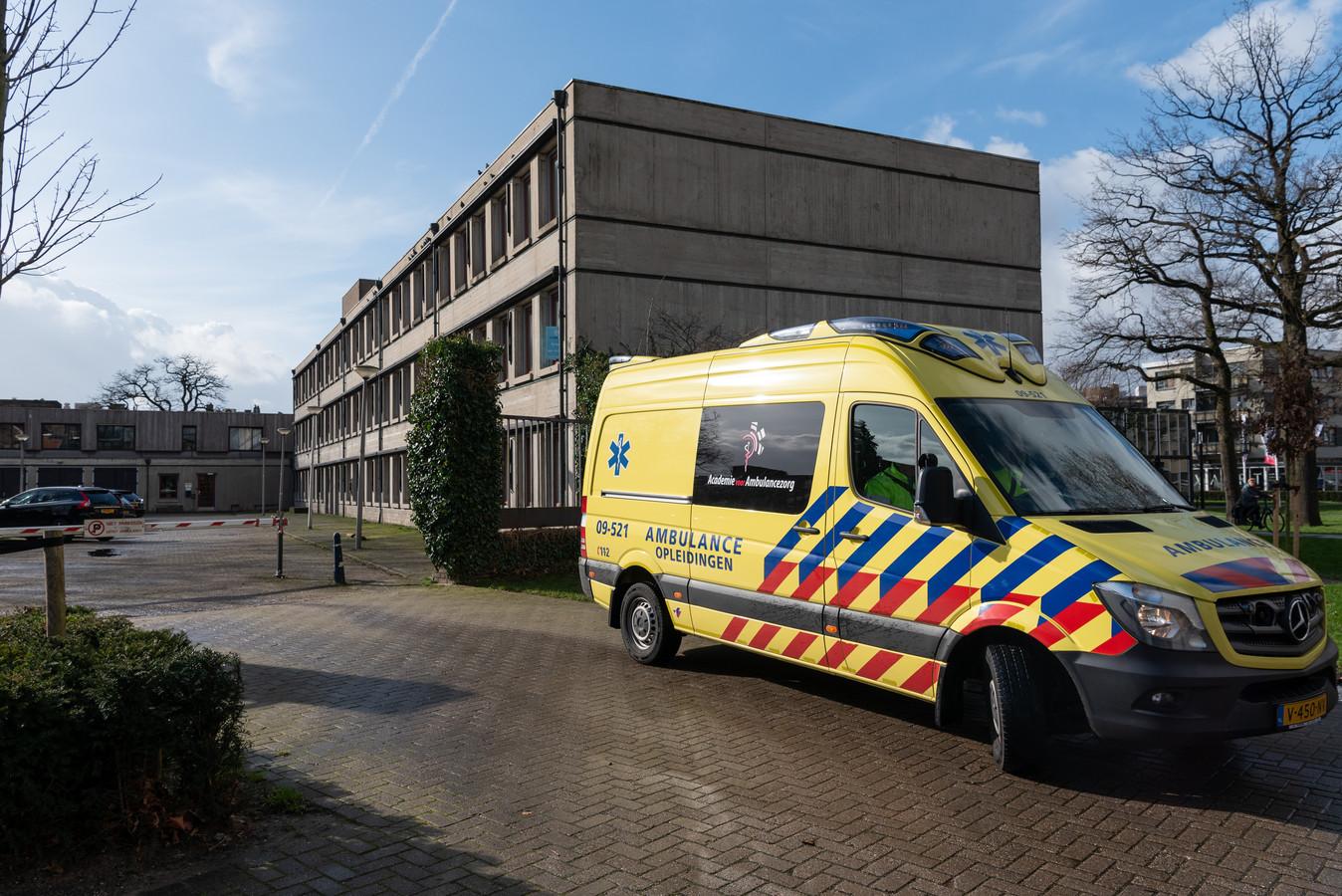 De ambulancepost blijft noodgedwongen nog even op de Zonnehof, maar de tijd dringt.