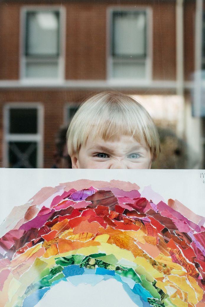 De 4-jarige Abel achter het raam mét tekening  in de Anjelierstraat in Utrecht.