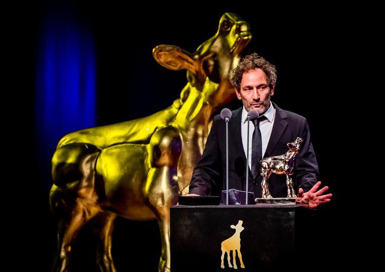 Jasper Wolf met zijn Gouden Kalf op het podium tijdens de uitreiking van het Gouden Kalveren Gala. Beeld Hollandse Hoogte /  ANP Kippa