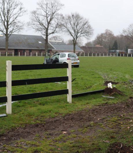 Automobilist rijdt door het hek een weiland in en verdwijnt daarna spoorloos