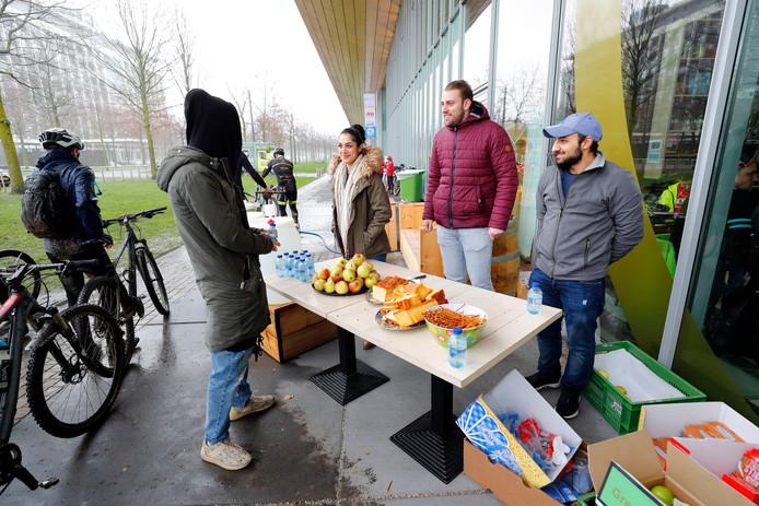 Anastasia Ali (l) en Imad Alnakhaal (r) bezig met vrijwilligerswerk bij de MTB Challenge op de High Tech Campus, afgelopen zondag.