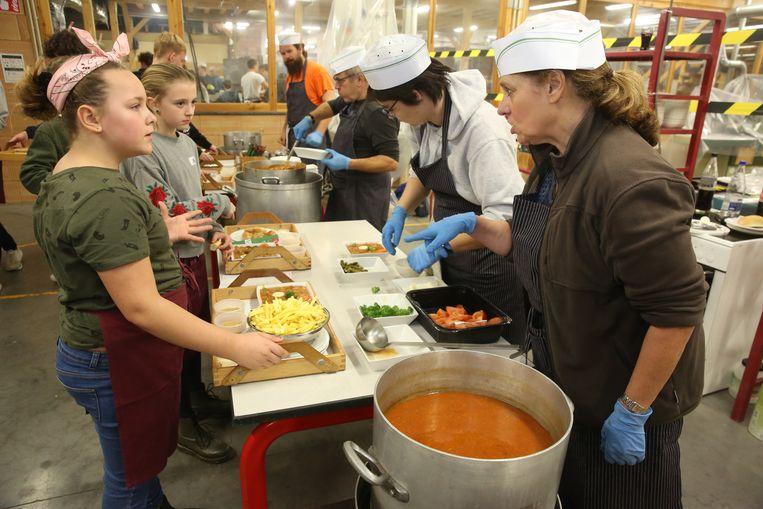 Leerlingen wachten op de soep tijdens de Pensenkermis.