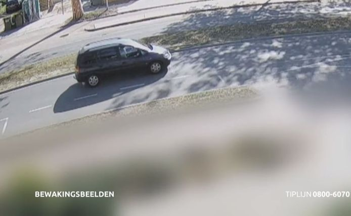 De politie is op zoek naar de donkerblauwe Opel Zafira die de 66-jarige scooterrijdster aanreed op de Elzentlaan in Eindhoven.