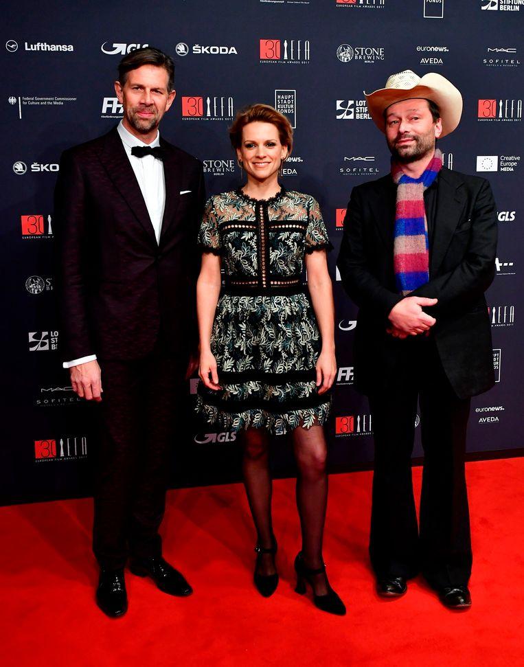 Baetens tussen acteur Johan Heldenbergh en muzikant Bjorn Eriksson in 2017. Beeld AFP