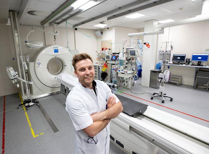De jonge arts Bram Schoolmeesters uit Someren-Eind werkt als arts-assistent in het Elisabeth Ziekenhuis in Tilburg.