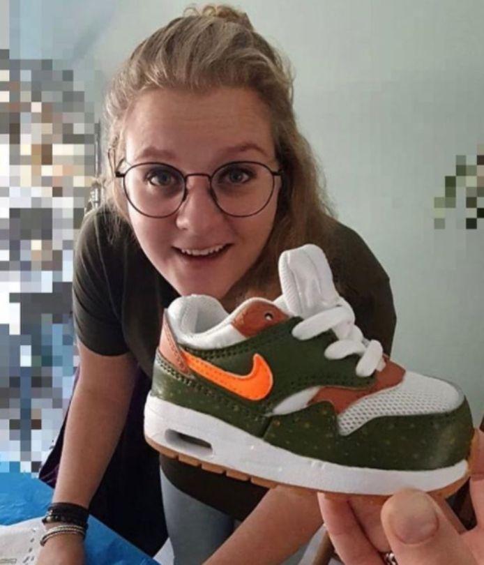 Marlies (32) maakt graag custom sneakers in haar vrije tijd.