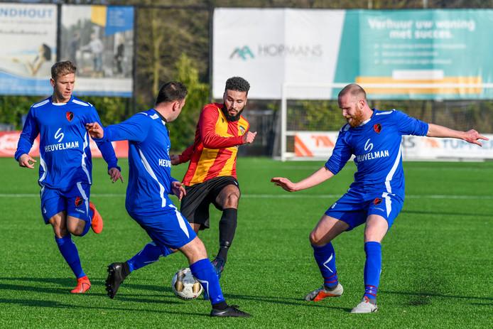 Marouan Moukouh (geel-rood shirt) scoorde de winnende in Delft. (archieffoto)