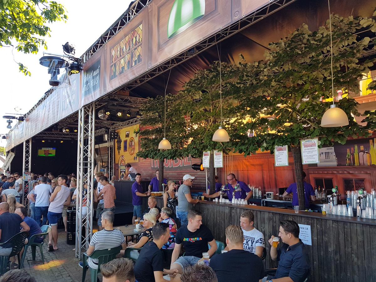 Een vol terras bij café 't Huukske.