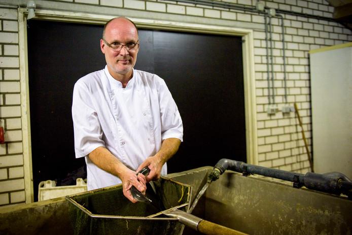Chef-kok Aart Hoolboom van de Oude Toren in Waalre kookt graag met verse gerookte paling.