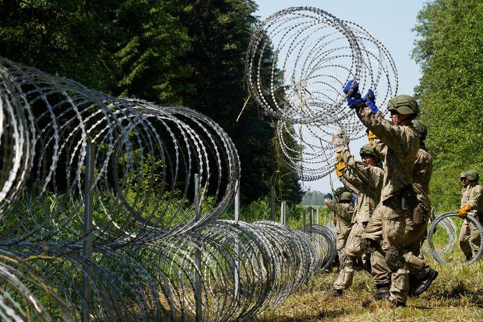 Litouwse soldaten versterken de grens met Wit-Rusland, begin juli.